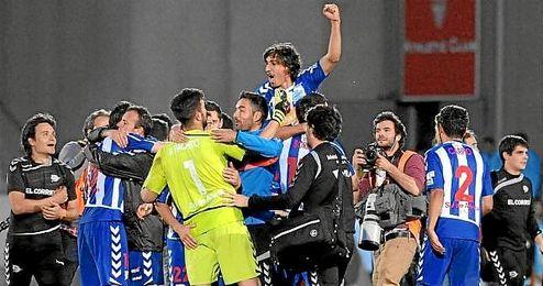 Los jugadores del Alavés celebran el ascenso en Mendizorroza.