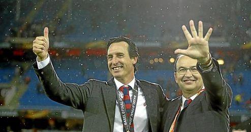Emery, con Castro, tras ganar la Europa League.