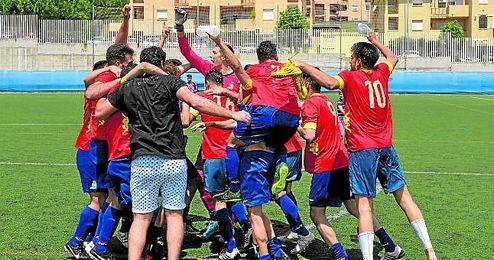 Los Palacios celebra el ascenso tras ganar al Camino Viejo.