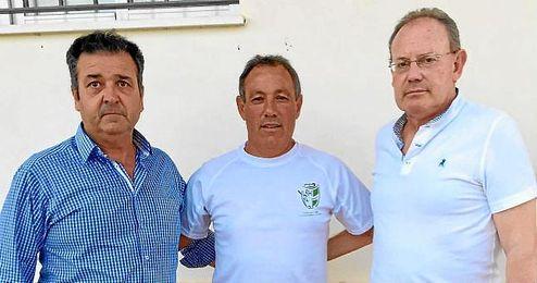 En la imagen, el Presidente junto al técnico y el director deportivo.