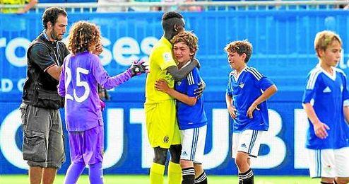 El futbolista de l Villarreal consuela a los jugadores del Betis tras la derrota.