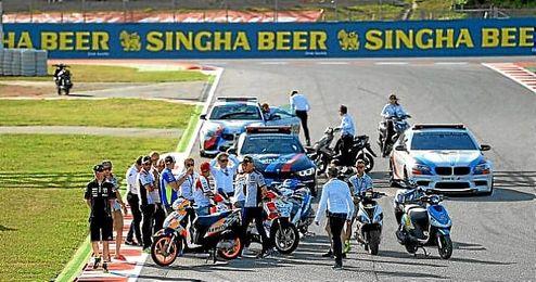 En la imagen, varios piloto y comisarios inspeccionan el nuevo tramo para la carrera.
