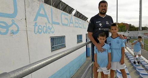 Diego Tristán, entrenador y director deportivo del Algabeño, posa para ESTADIO con sus hijos en las instalaciones del Municipal de La Algaba.