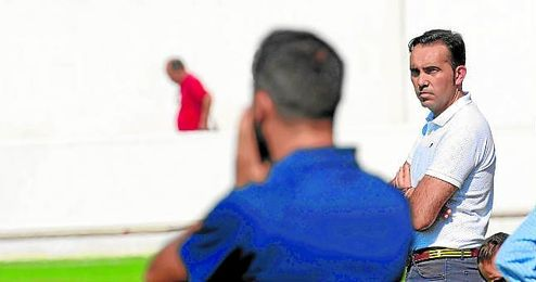 Miguel Ángel Montoya, con gesto pensativo, durante un encuentro liguero.