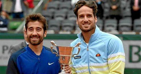 Los campeones posan con el trofeo.