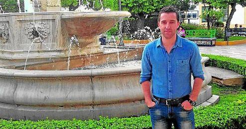 Dani Avilés posa en la Plaza de Los Jardines, lugar emblemático en el fútbol nazareno.