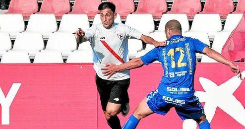 El franjirrojo Juanje se marcha de un jugador del Socuéllamos en la ida de la anterior eliminatoria.