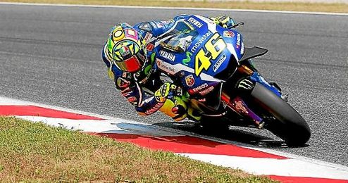 Valentino Rossi, rodando con su Yamaha sobre el circuito de Montmeló.