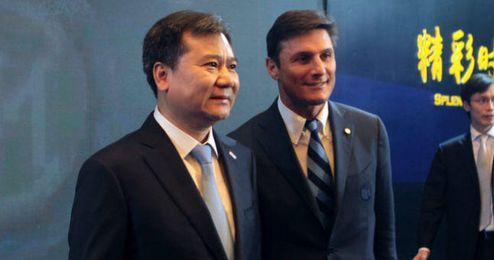 El vicepresidente del Inter Javier Zanetti junto a Zhang Jingdong, presidente de Suning.