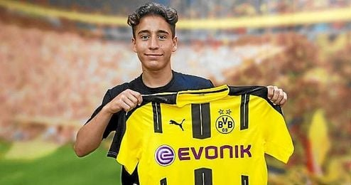 Emre Mor posa con la camiseta del Borussia Dortmund.