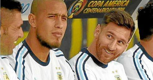 Messi, en el banquillo, observa el debut de su selección.