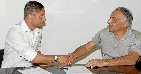 Totti, tras sellar su renovación por una temporada más con la Roma.