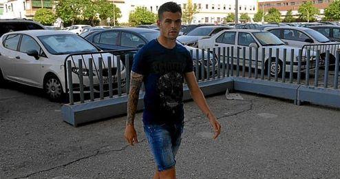 Álex Martínez llegando a las oficinas del club este miércoles.