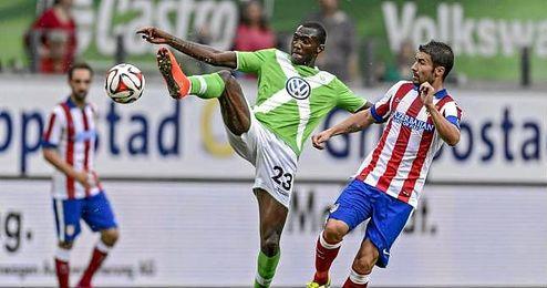 Josuha Guilavogui pelea un bal�n con Gabi durante un partido amistoso.