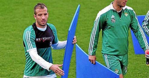 Van der Vaart, en un entrenamiento con el Betis.