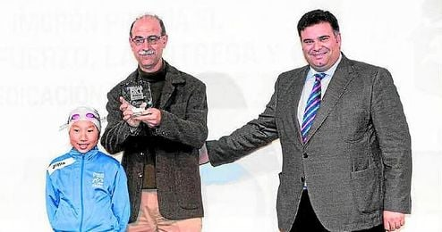 José Claro (izquierda) recibe un galardón en la Gala del Deporte de Morón de 2014.