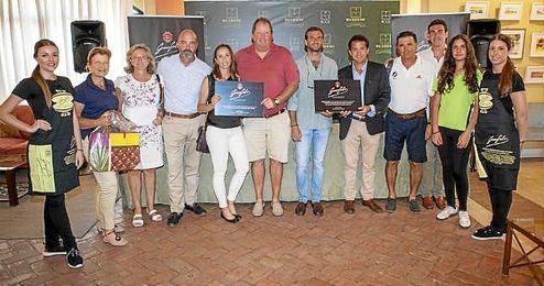 Los participantes en el torneo posan con sus respectivos premios.