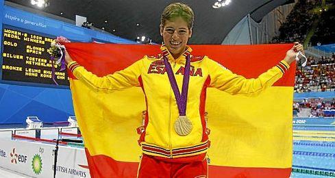 Michelle Alonso luciendo el oro en 100 braza en los Juegos Paral�mpicos de Londres.
