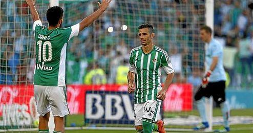 Rubén Castro celebra un gol con Dani Ceballos.