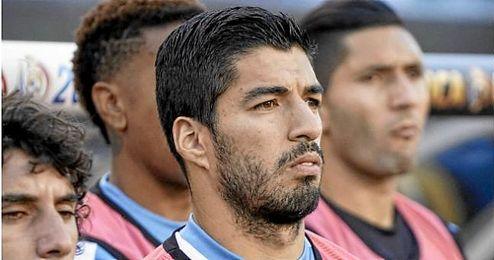 Luis Suárez, pensativo, no jugó por lesión.