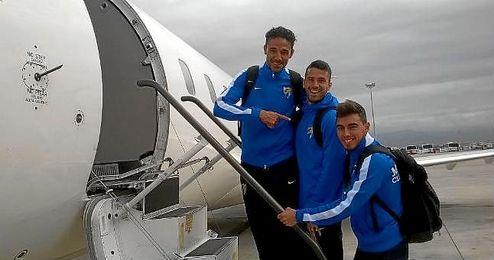 Jugadores del Málaga embarcan en un avión.