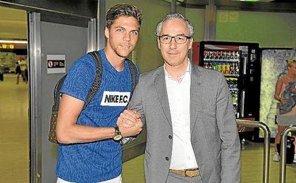 Jonas Martín posa con Torrecilla a su llegada a Sevilla la pasada semana.