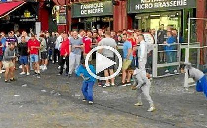 Ultras ingleses se mofan de unos ni�os arrojando monedas al suelo