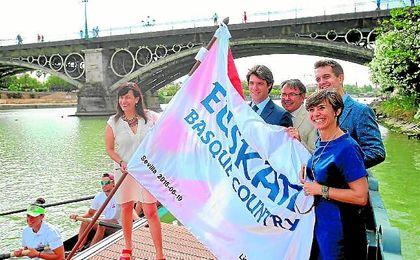 David Guevara, delegado de Deportes del Ayuntamiento de Sevilla, y otras autoridades de la presentación de la Liga San Miguel posan con la IV Bandera Euskadi Basque Country.