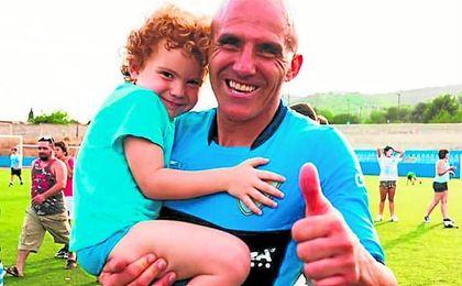 Lolo Hernández posa sonriente junto a su hijo Azul tras lograr el ascenso a Tercera división.