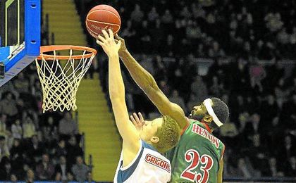 Henton abandonará el Baloncesto Sevilla tras una trayectoria con más pena que gloria.