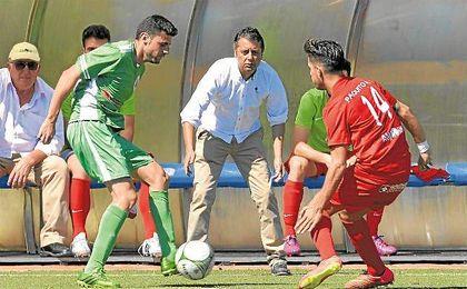 Paco Cala (centro) observa a su jugador Paquito, uno de los renovados.