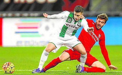 Bryan Linssen (Groningen), presionado por Bruno Uvini durante un partido de la 15/16.