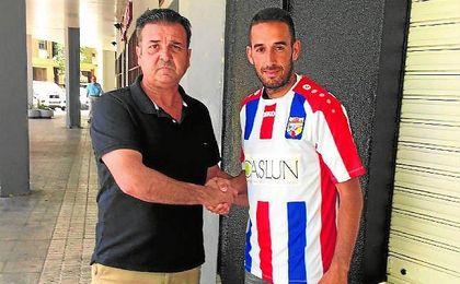 El presidente Antonio Castillo y el centrocampista Manu Fidalgo.