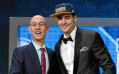 Juancho Hernangómez junto a Adam Silver tras ser elegido por los Denver Nuggets la pasada madrugada.
