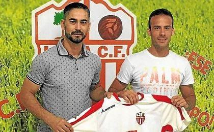 Fernando y Chimiki posan con la camiseta del equipo loreño.