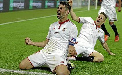 Coke celebra uno de los dos goles que hizo en Basilea ante el Liverpool.