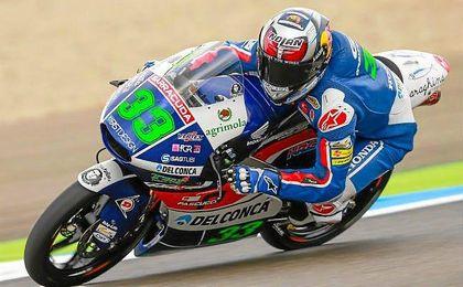 Andrea Migno (KTM) y Romano Fenati (KTM) completan la primera línea de salida.