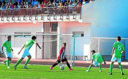 En la imagen, Álvaro Romero, con el balón controlado, rodeado de adversarios.