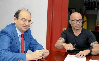 Castro y Sampaoli, firmando su contrato.