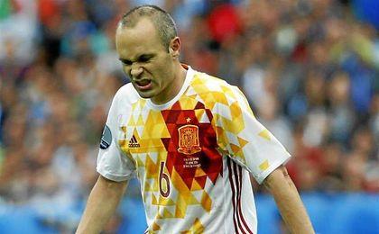Andr�s Iniesta, con gestos de rabia tras la derrota ante Italia.
