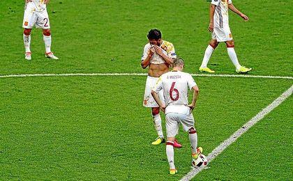 Cesc e Iniesta, tras encajar el 2-0 en la prolongación.