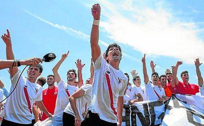 Borja Lasso, en primer término, celebra el ascenso del filial sevillista el pasado domingo.