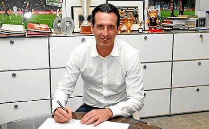 Emery firmando su contrato con el PSG.
