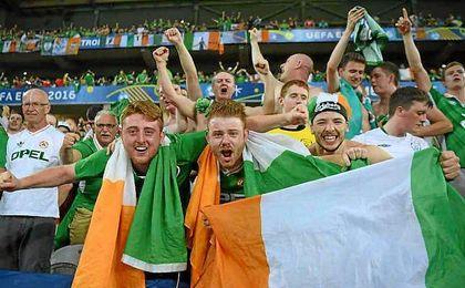 Aficionados irlandeses durante un partido de su selección esta Eurocopa.