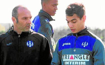Ben Yedder dialoga con su técnico, Pascal Dupraz, en una sesión.