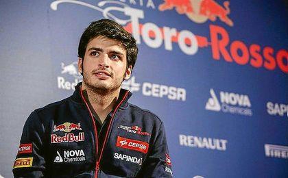 Carlos Sainz estará vinculado a Red Bull un año más.