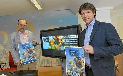 El delegado de Deportes, David Guevara, durante la presentación de la campaña de verano de 2016, junto al gerente del IMD, Manuel Nieto.