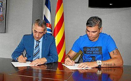 Reyes firmando su contrato con el Espanyol.