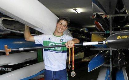 Gonzalo exhibe orgulloso sus últimos triunfos a nivel nacional.
