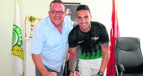 Miguel Lopes firma su nuevo contrato.